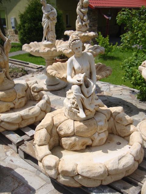 475 – fontanna kobieta siedzaca