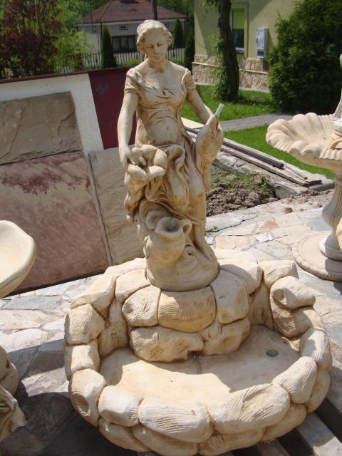 476 – fontanna kobieta stojaca