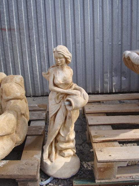 477 – fontanna kobieta z dzbanem niska